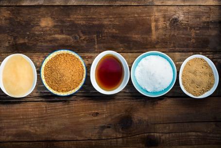 Alternative, natürliche Süßungsmittel Honig oder Agavendicksaft enthalten im Vergleich zu Zucker einige gesunde Mikronährstoffe