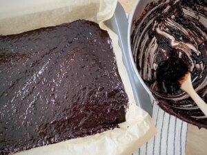 Rezept nussige Porridge Brownies Teig in der Form