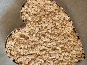 Rezept Frühstücksherz aus Haferflocken mit Heidelbeer-Apfel-Crunchy